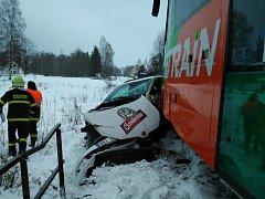 Srážka osobního auta s vlakem.