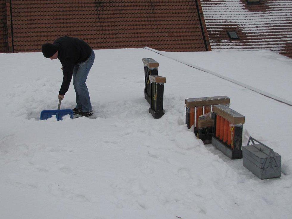 Odpaliště je potřeba nejprve odklidit od sněhu.