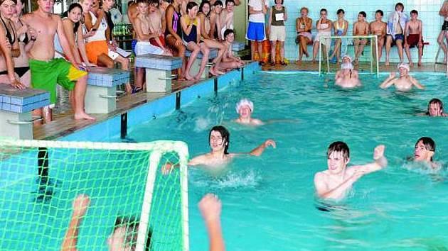 POTŘEBUJE OPRAVU. Plavecký bazén Volarští chtějí. Je jen na nich rozhodnout, co s ním. Současný stav je ale neudržitelný a jen polyká peníze z rozpočtu víc a víc.