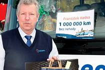 František Koška, řidič autobusu společnosti ČSAD Autobusy České Budějovice, převzal v týdnu ocenění za milion kilometrů ujetých bez nehody.