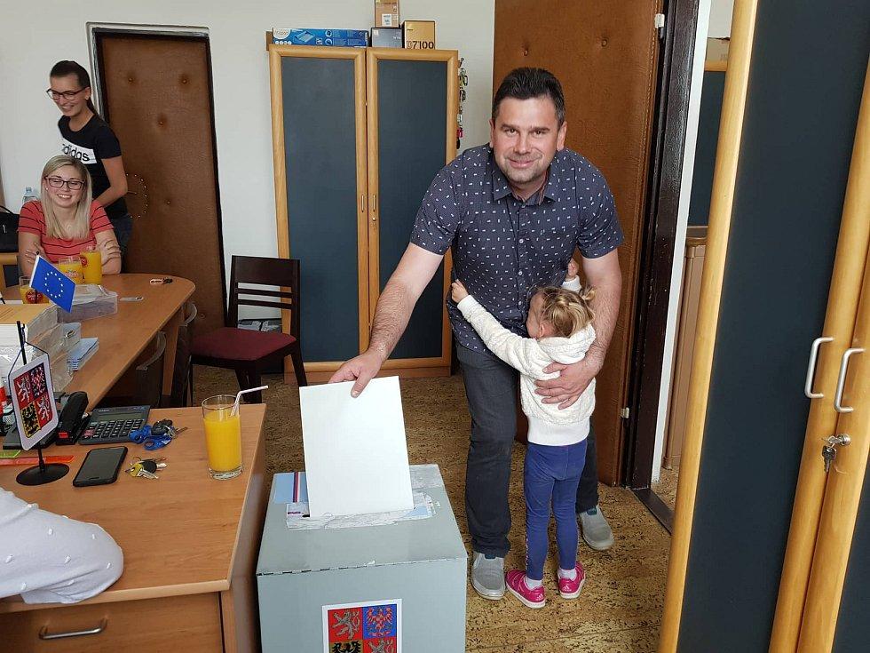 Volební komise v obci Lažiště.