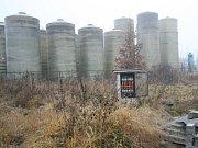 Nebezpečné látky se ale neskladují pouze v uzavřených stavebních objektech. Na více než tříhektarovém areálu se ukrývají další stovky tun nebezpečného odpadu včetně kontaminované zeminy.
