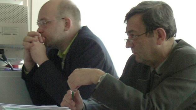 Zástupci obhajoby Miloš Tuháček za NP a CHKO Šumava (vlevo) a Liboslav Jánský za Lesy ČR budou nejdříve muset jednat o smíru se svými klienty.
