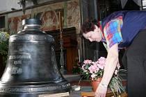 Zvon sv. Jan Neumann čeká na vysvěcení.