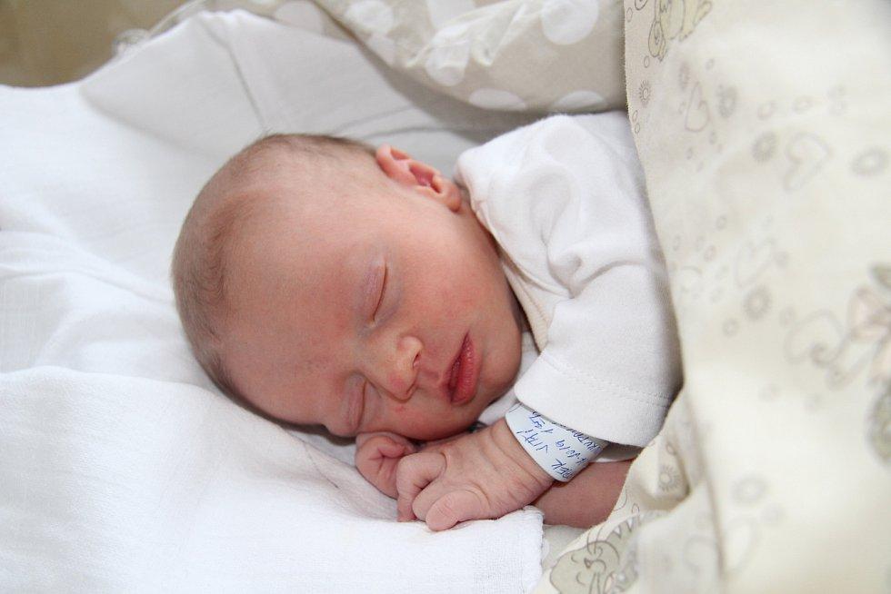 JIŘÍ MAREK, PRACHATICE. Narodil se v sobotu 28. prosince v 1 hodinu a 25 minut v prachatické porodnici. Vážil 3060 gramů a měřil 47 cm. Má sestřičku Lauru (26 měsíců).Rodiče: Pavla Soukupová a Jiří Marek.
