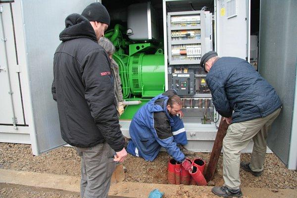 Instalace první ze dvou kogeneračních jednotek vareálu tepelného hospodářství  Prachaticích vlednu 2014.