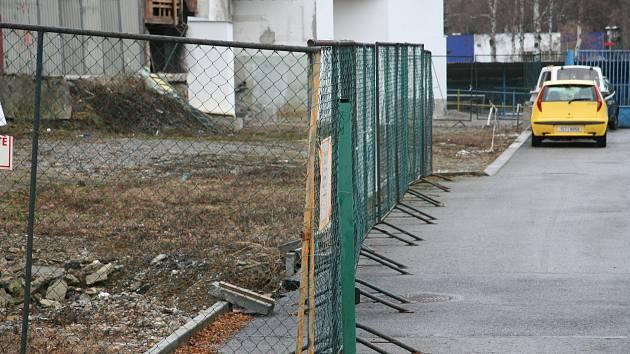 Na ploše vzniklé demolicí bývalé prodejny nábytku a strojovny zimního stadionu by mělo vzniknout až třicet parkovacích míst. Všechny další práce ale zatím zastavil podnět vlastníků sousedních pozemků. Město musí počkat, jak ve věci rozhodne krajský úřad.