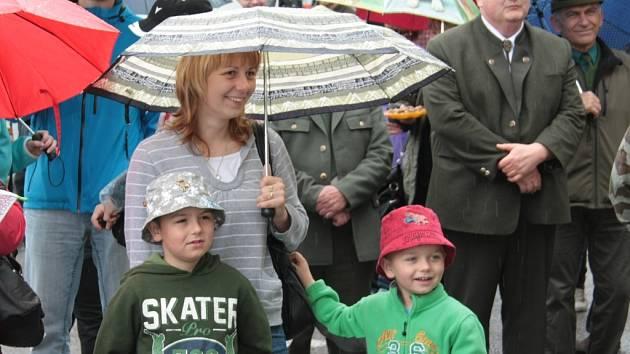 Myslivecké sdružení Vltava připravilo na sobotu bohatý program, kterým oslavilo padesát let od svého založení. Déšť nedéšť, kdo přišel, ten se bavil.