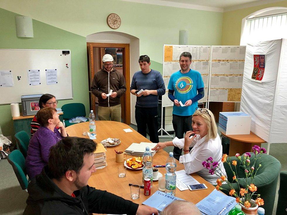 První minuty voleb v šumavské obci Kvilda.