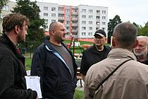 Vjezd a výjezd nákladních automobilů ze stavby hokejbalového hřiště  řešil v parku Mládí Martin Grožaj (uprostřed) ze Správy a údržby silnic v Prachaticích.