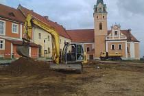 Opravy na lhenickém náměstí jsou stále v plném proudu, ve středu 20. září dělníci pracovali na stavbě obvodové zdi za kostelem.