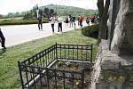 Místo původního památníku leží pod silnicí, konec druhé světové války na Prachaticku připomíná novější. I sem přišli Noční vlci položit květiny.