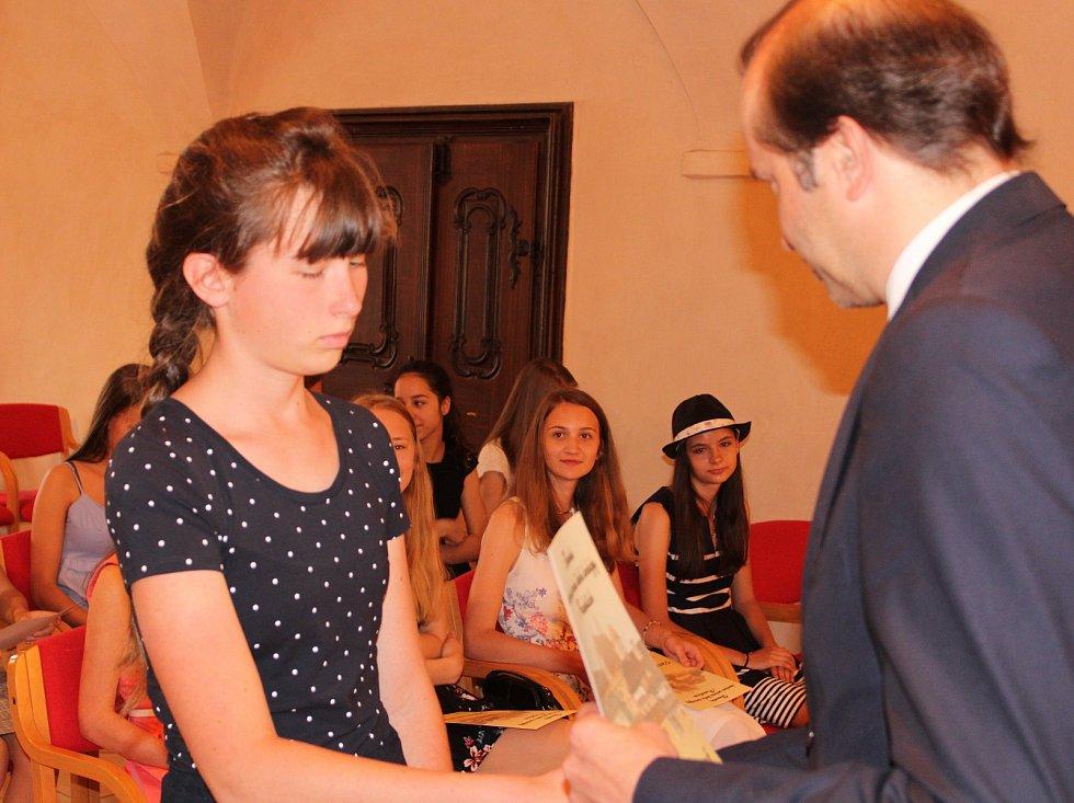 Studenti kvarty prachatického gymnázia převzali v Radničním sále z rukou starosty Martina Malého pamětní listy. Na snímku Klára Stejkozová.