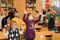 Žáci prvních a druhých tříd se po více než měsíci vrátili do školních lavic i v ZŠ Vodňanská v Prachaticích.