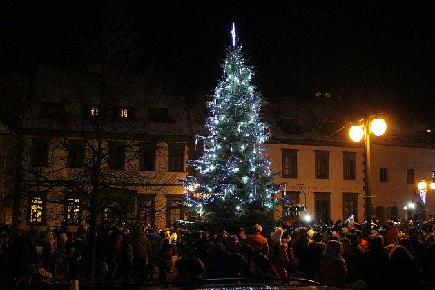 Prachatičtí se sešli na náměstí, aby viděli rozsvícení první adventní svíce a vánočního stromu.