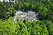 Snímky hřbitova ve Lhenicích.