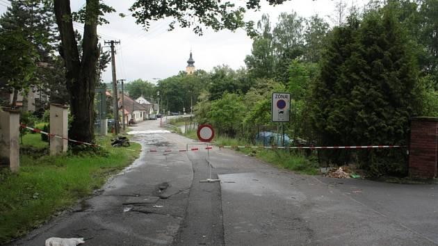 Letošní červnové povodně se podepsaly i na stavu silnice v Netolicích zvané stará Budějovická.