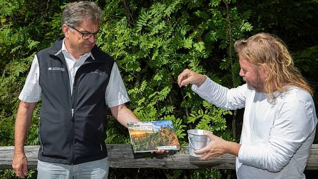 Ve středu 19. srpna odpoledne na hraničním přechodu Bučina pokřtili ředitel správy NP Bavorský les Franz Leibl a ředil správy NP Šumava Pavel Hubený novou knihu o Národním parku Bavorský les.