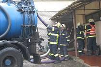 Hasiči z Prachatic, Netolic a Lhenic v pátek zasahovali u požáru peletek v zásobníku u sportovní haly v Netolicích.