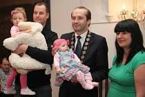 Podruhé v březnu se v obřadní síni v Prachaticích sešli rodiče se svými dětmi na vítání nových občánků města Prachatice. Tentokrát v závěru přivítal starosta Martin Malý i vůbec prvního občánka města narozeného v letošním roce.