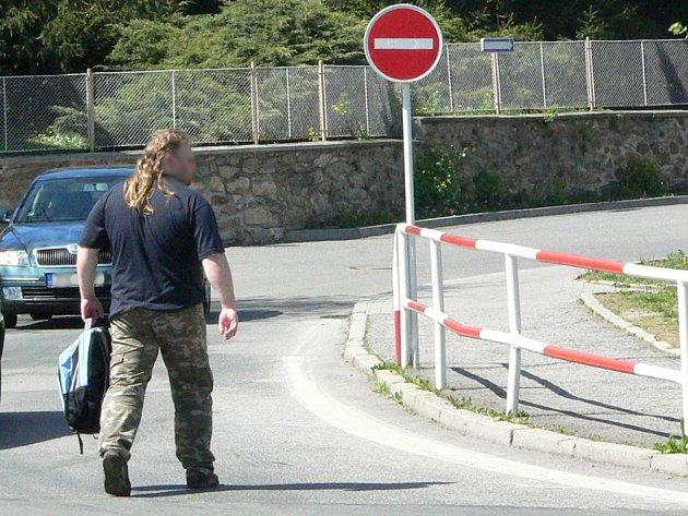 Muž nepoužil při přecházení silnice zebru, policisté mu vystavili blokovou pokutu. Ilustrační foto.