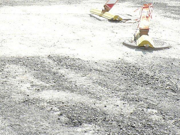 Obec investuje například do opravy cest. Ilustrační foto.