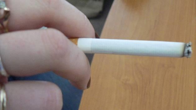 Policie přistihla nezletilé dívky, které kouřili cigaretu. O jejich prohřešku se dozvědí rodiče i odbor sociálních věcí. Ilustrační foto.