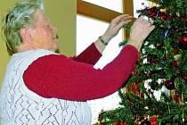 POHODA A KLID. Obyvatelé domova seniorů Mistra Křišťana v Prachaticích si mohli sami ozdobit vánoční stromky. Na Štědrý večer nechyběl ani tradiční kapr s bramborovým salátem. V neposlední řadě si také všichni zazpívali vánoční koledy.