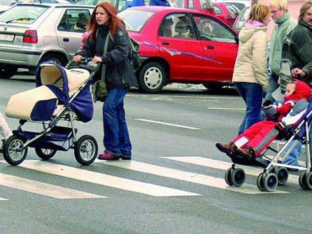 Maminky s kočárky nemají vůbec šanci přejít rušnou ulici u bývalých kasáren. Ilustrační foto.
