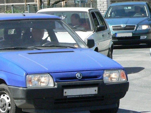 Vozidlo Subaru vypovědělo řidiči v blízkosti křižovatky službu, tvořily se za ním kolony. Ilustrační foto.