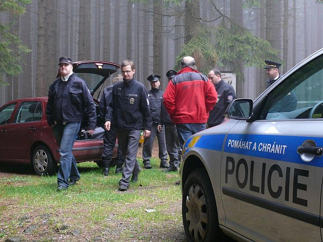 Policisté na místo dorazili v silné sestavě.  Samotné místo neštěstí obehnali páskou s tím , že nikdo kromě vyšetřovacího týmu tam nesmí.