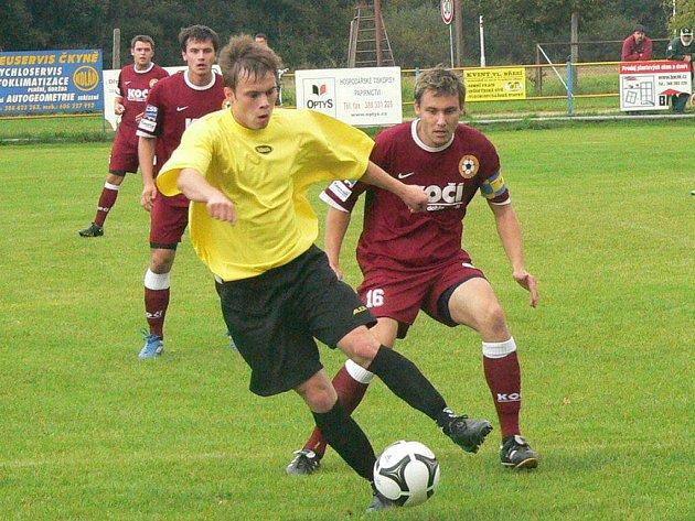 Čkyňský Král u míče v souboji s Pichlíkem.