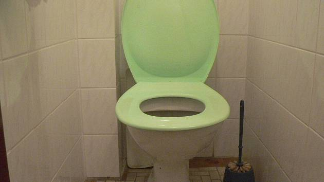 Zloděj počkal v hotelu Koruna na toaletě až obsluha odejde domů. Napáchal škodu za třicet šest tisíc korun. Ilustrační foto.