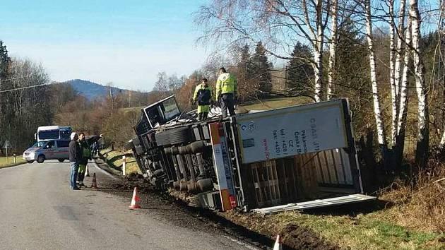 Kamion se dřevem havaroval u Blažejovic. Silnice je uzavřená.