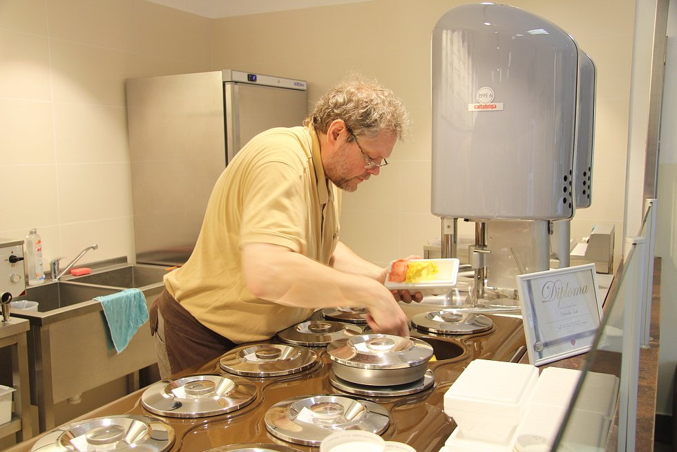 Gelaterie Stanislava Žáka ve Strážném denně nabízí osmadvacet druhů čerstvé domácí zmrzliny. Vychutnat si ji mohou lidé přímo na místě v kornoutu, nebo si vybrat a odvézt domů rovnou tři druhy ve speciálním boxu.