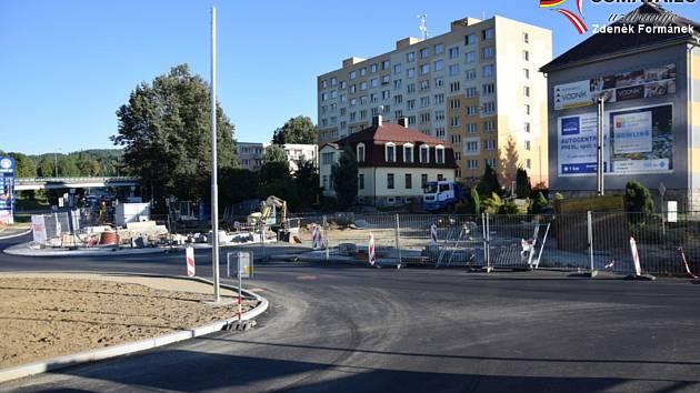 Práce na výstavbě kruhové křižovatky pokračují.