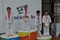Karatisté si vezou ze závodů medaile.