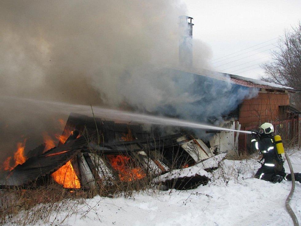 Likvidace požáru truhlárny v osadě Boubská u Vimperku ze dne 26. ledna 2017.