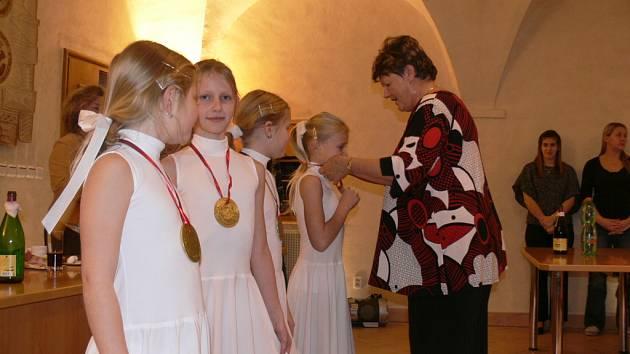 Bezpříspěvkoví dárci krve se sešli v prachatickém radničním sále, kde byli oceněni od zástupců Oblastního spolku Českého červeného kříže v Prachaticích.