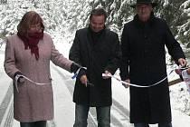 Představitelé města Prachatice a zástupci dodavatelské firmy dnes slavnostně otevřeli další dvě části cyklostezek v okolí Prachatic.
