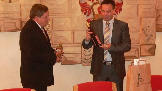 Jan Bauer přivítal ředitele krupinkého gymnázia tradičními prachatickými výrobky.