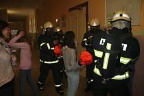 Evakuace budovy školy v Prachaticích byla naštěstí cvičná. Deváťáci vycházeli v maskách.