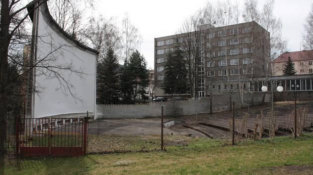 Prachatičtí uvažují o tom, že by po vzoru města Klatovy zrekonstruovali areál letního kina a část hlediště i zastřešili. Podmínkou je sehnat dotaci, která by s financováním výrazně pomohla.