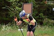 Letní šumavský závod na kolečkových lyžích.