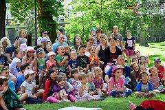 Pohádková kmotra liška bavila děti ve Vimperku.