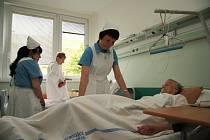Sestry v nemocnici Prachatice a.s. budou od pondělí opět v klasických modrobílých uniformách. Stejně jako v loňském roce si tím připomenou mezinárodní den sester, který připadá na 12. května.