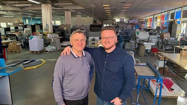 Otec a syn Nadberežní, jejich firma přebírá tradiční vimperskou tiskárnu.