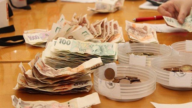 Počítání výtěžku Tříkrálové sbírky na Městském úřadě v Prachaticích.