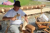 Karel Fürbach z Volar sedmadvacet let předvádí výrobu dřeváků. Na Volarských slavnostech dřeva nikdy nechyběl.
