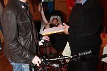 Rozhodnutí Tomáše Košky (vlevo) darovat městské policii ve Vimperku jízdní kolo, možná nezůstane jediným krokem vimperských podnikatelů. Rýsuje se totiž další dar, tentokrát v podobě dvou skútrů.